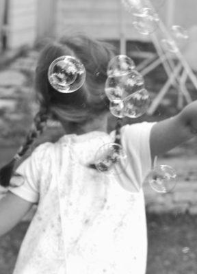 fillette fuyant des bulles de savn