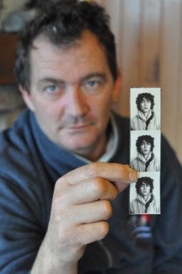 portrait reportage dun homme montrant sa photo plus jeune
