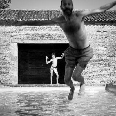saut en piscine et vacances