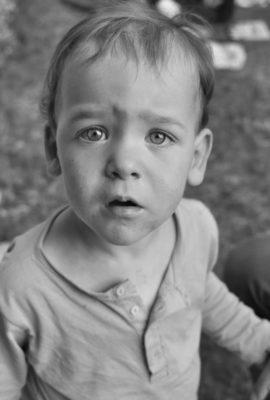 enfant contrarié portrait extérieur