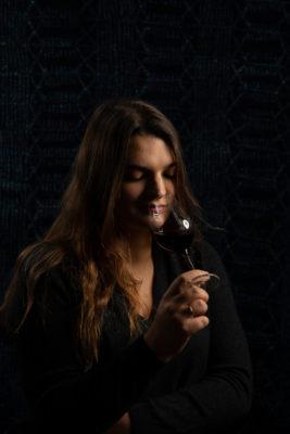 portrait femme dégustant du vin