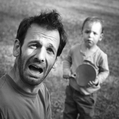 scène de famille père et fils jouant