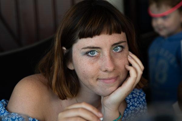Profil d'adolescente yeux bleus