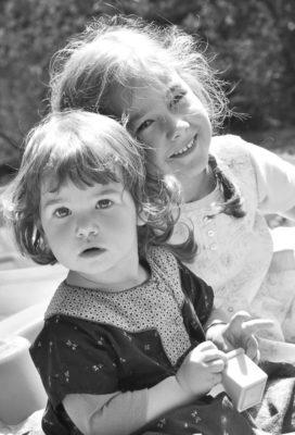 portrait extérieur deux fillettes complices