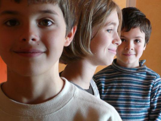 groupe de rois enfants posant