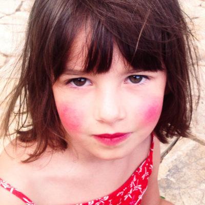 enfant déguisée et maquillée