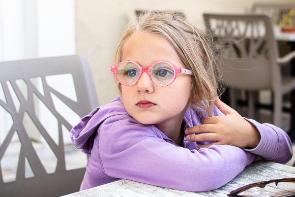portrait fillette aux lunettes roses