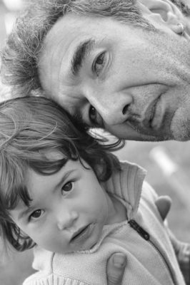 Portrait père tenant sa fille.