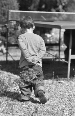 Enfant de dos marchant pensif