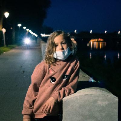 portrait de nuit d'une enfant pendant le confinement