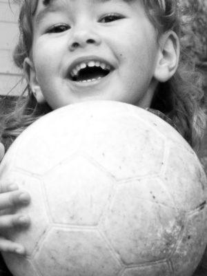 Petite fille qui tient un ballon