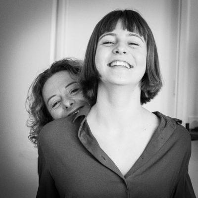 portrait maman se cache derrière sa fille