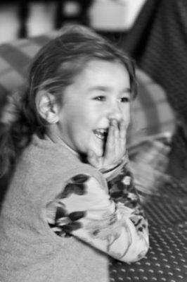sur le vif enfant qui rit extérieur noir et blanc