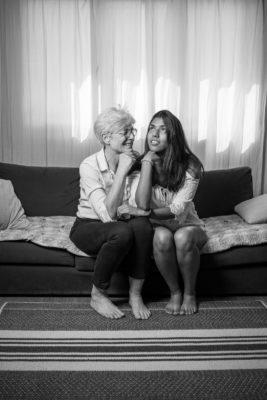 Mère et fille assise