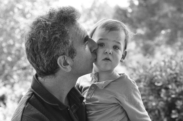 enfant contrarié dans les bras affecteueux de son père