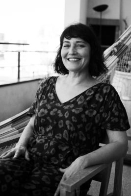 portrait femme sur un balcon