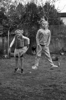 deux fillettes jouant